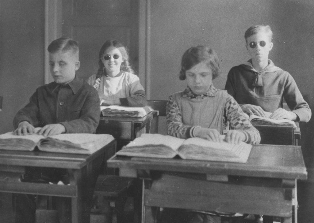 Sort hvid foto fra gamle dage, da børn med blindhed gik i skole