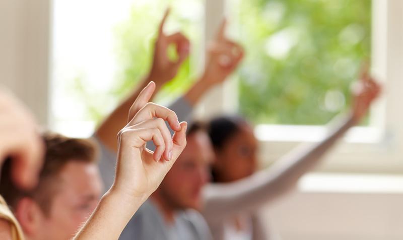 Elever rækker hånden op